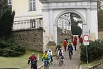 Kolaři a koloběžci vyrazili na Silvestra kolem přehrady