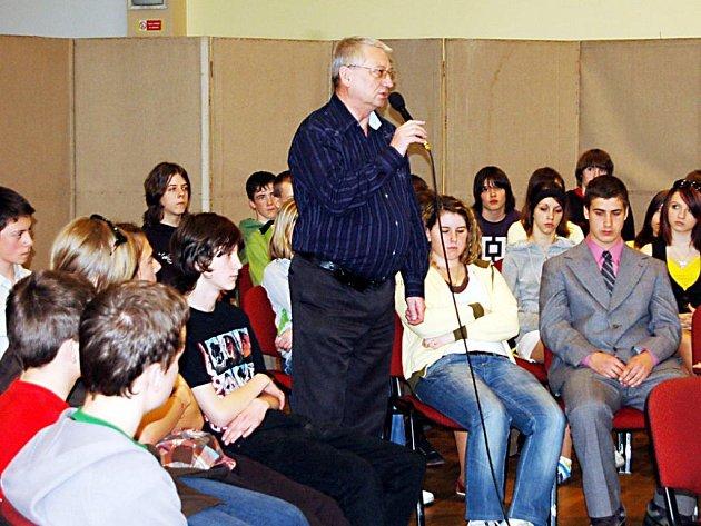 Tachovský starosta Ladislav Macák odpovídal an otázky stovce studentů a žáků tachovských škol.