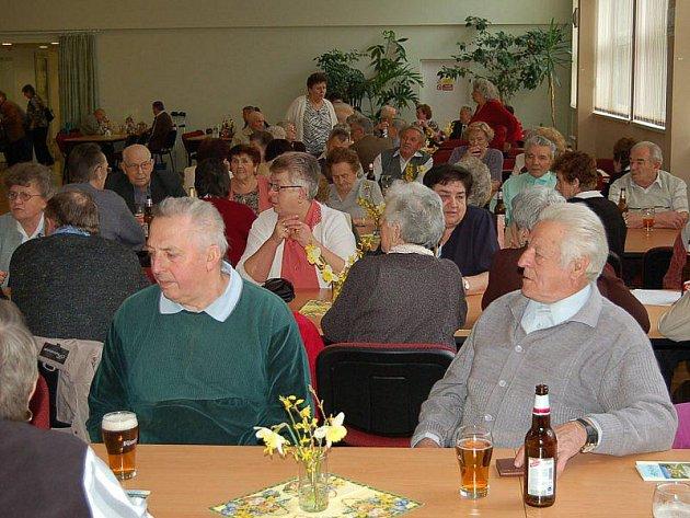 Účast na schůzi svazu postižených civilizačními chorobami byla v Tachově veliká, členové zcela zaplnili společenský sál.