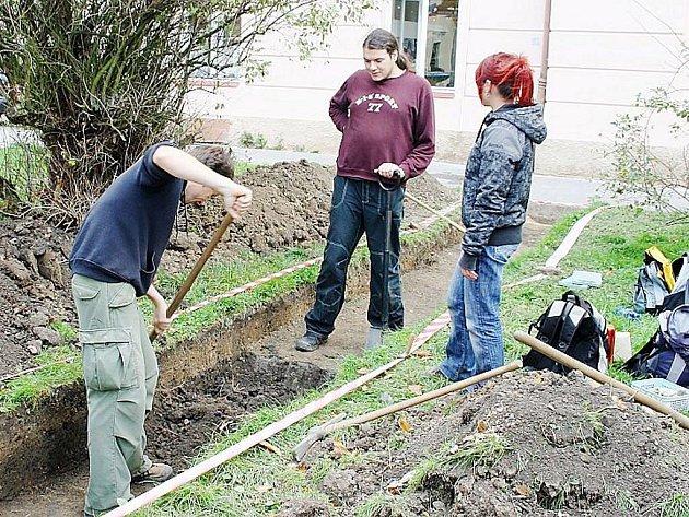 Archeologové provádějí na stříbrském náměstí archeologické sondy.