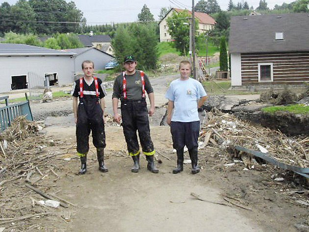 POMÁHALI V CHRASTAVĚ. Jiří Duspiva ml. (vpravo) spolu s Jiří Cirmanem a Jiřím Duspivou st. jsou členové Sboru dobrovolných hasičů ve Studánce a ochotně nabídli svojí pomoc.