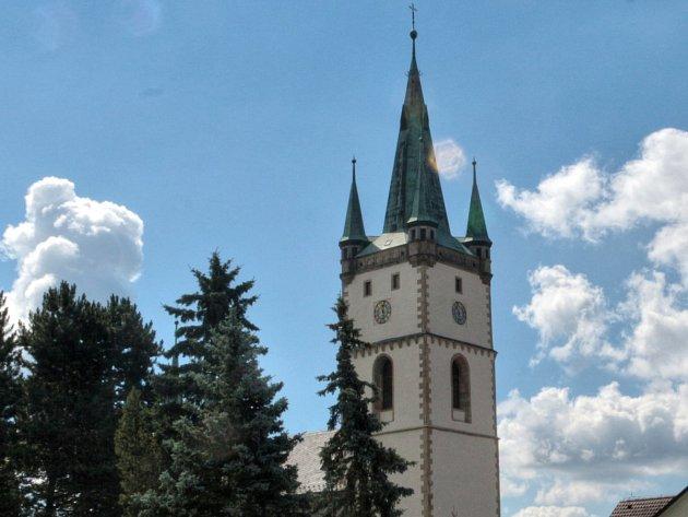 Věž kostela Nanebevzetí Panny Marie v Tachově.