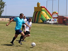 Na turnaji v malé kopané v Kostelci startovalo osm družstev, snímky jsou ze semifinálových utkání.