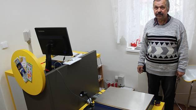 Starosta Josef Pavlas u poštovní přepážky v Trpístech.