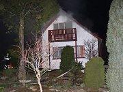 Při požáru chaty ve Ctiboři vybuchovaly propanbutanové lahve