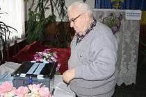 Stanislav Novák ze Zhoře právě vhodil obálku do volební urny