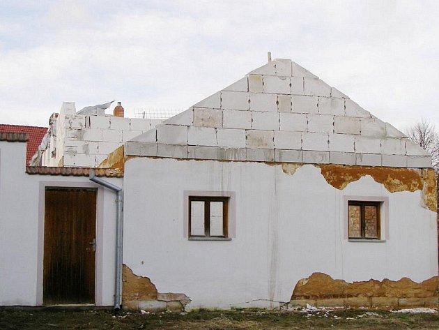 Plánovaná stavba azylového domu v Únehlích je zrušena.