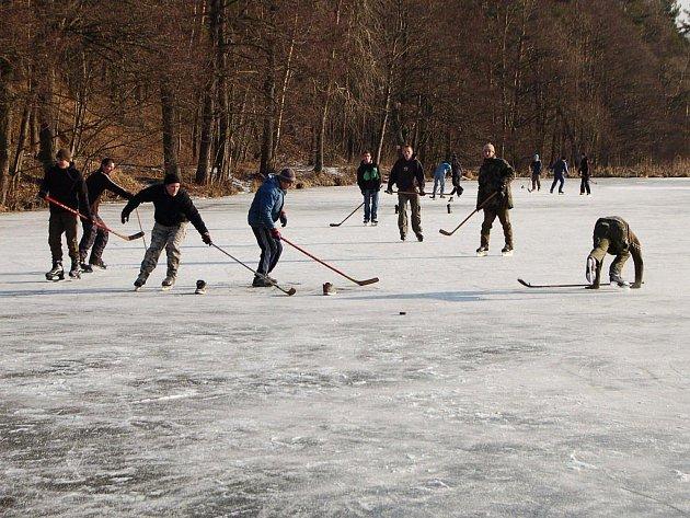 Díky teplotám, které se v posledních dnech konečně klesly pod bod mrazu, zamrzl i Jirský rybník, mezi Tachovany známý jako Štrambád. V sobotu odpoledne se na jeho zamrzlou hladinu vydalo několik desítek bruslařů.