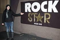 TOHLE JEDINÉ NÁM Z ROCKSTARU ZŮSTALO, ukazuje na transparent, visící zatím ještě nad pódiem, Kateřina Vydrová. Stříbrský klub, který byl v posledních letech jediným regulérním rockovým klubem v okrese, svoji činnost s nástupem nového roku ukončil.