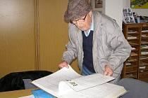 Devadesátiletý Rudolf Hruška (na snímku) ze Sulislavi je kronikářem již 25 let a jeho pečlivé zápisy se nyní dočkaly odměny.