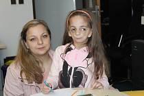 Šestiletá Nelinka Hesová s maminkou Petrou.