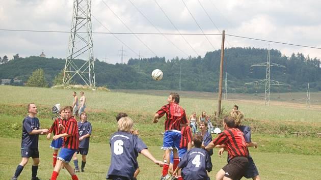 V Kokašicích se hrál dvanáctý ročník pouťového turnaje ve fotbalu. Jeho vítězem se stalo první mužstvo Kokašic. Snímek je z utkání S. Kokašice B–S. K. Lázně. Hosté (v pruhovaných dresech) zvítězili 1:0.
