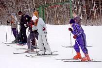 Na lyže vyrazily i vietnamské děti.Výcvik se jim zamlouvá.
