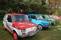 Majitelé Fiatů 126b se do kempu na Sycheráku sjíždějí vždy jednou za rok, aby zde předvedli své naleštěné vozy. Letos se spanilá jízda konala na zámecké nádvoří v Boru.