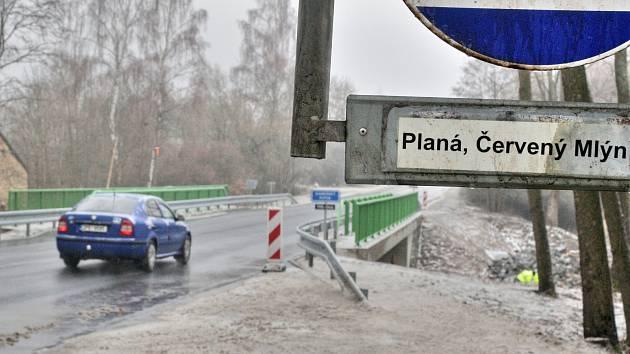 Přes opravené mosty u Plané se opět jezdí.