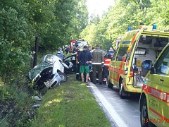 PŘIBLIŽNĚ na dvě hodiny byla v úterý uzavřena silnice mezi Tisovou a Novou Hospodou. Vážná dopravní nehoda si vyžádala dvě zranění.