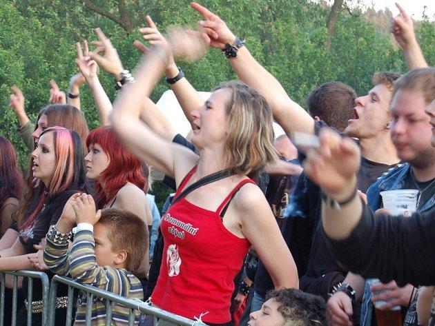 Rocková muzika a motorky burácely o víkendu nad hladinou Hracholuské přehrady v letovisku Butov.