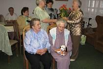 Seniorky přijímají gratulace.