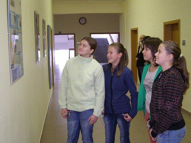 Stříbrské gymnázium vystavuje novoročenky.