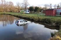 Řidička skončila na návsi v rybníku.