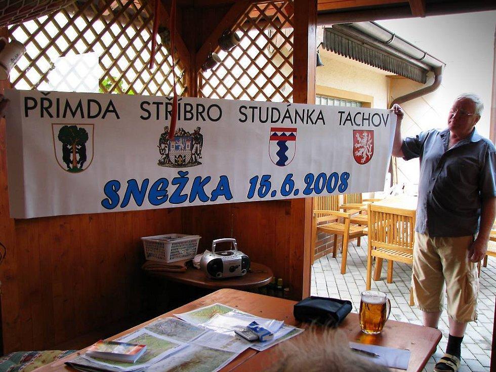 Richard Volka ukazuje transparent, který chtějí rozvinout na vrcholu Šněžky.