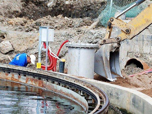 ÚPRAVA OKOLÍ. Stavební dělníci v těchto dnech upravují okolí dosazovací nádrže.
