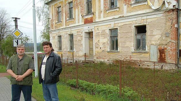 Místostarosta Jaroslav Siládi a starosta Ondřej Stec u školy, kterou obec Broumov získala do svého vlastnictví.