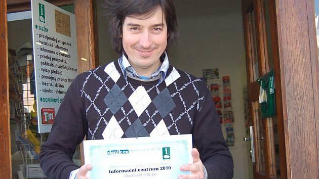 OCENĚNÍ. Pavel Voltr s oceněním, které tachovské infocentrum získalo na základě výsledků internetové ankety.