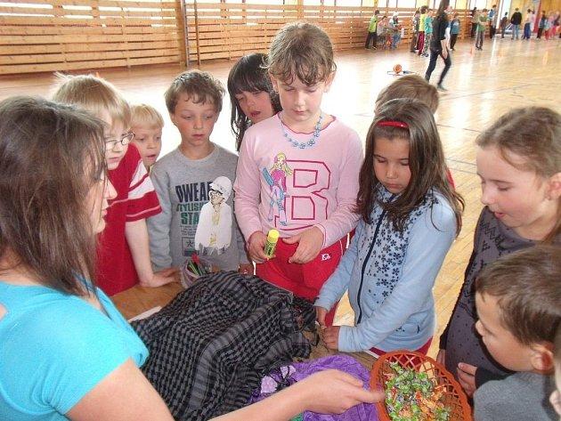 Žáci školy při plnění jednoho z úkolů.
