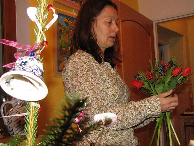 EVA VANIŠOVÁ předvedla na vernisáži v galerii v Plané tvorbu vánočních dekorací. Ty jsou nyní v galerii vystaveny.