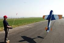Otevíráním nebe zahájili tachovští letečtí modeláři další sezonu. Své umění ukázal také Vlastimil Sloup (na snímku).