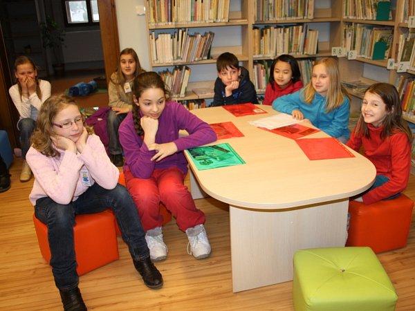 Děti vplánské knihovně při noci sAndersenem.