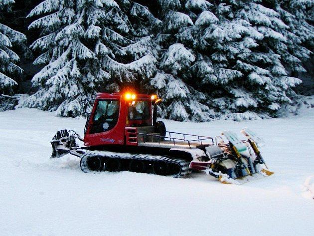 ROLBA PŘI ÚPRAVĚ STOP VE ZLATÉM POTOCE. Spojení Ski centra v němeském Silberhütte a Zlatého Potoka běžeckou stopou dává možnost běžkařům užít si lyžování na hřebenech Českého lesa. Trasy od 2 do 15 kilometrů.