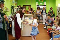 V TACHOVSKÉ knihovně pasovali malé čtenáře.