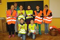 ŽÁCI ZE 4.B Základní školy Hornická Tachov, kteří se ve čtvrtek zúčastnili dopravně bezpečnostní akce před školou, kde řidičům rozdávali citrony a jablka.