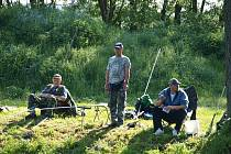 Rybník v Dlouhém Újezdu oblehli rybáři.