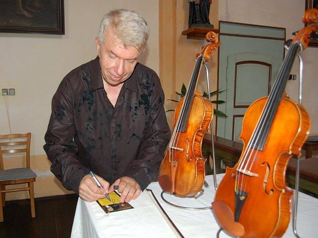 V průběhu koncertu známý houslista Jaroslav Svěcený posluchačům představil patery vzácné housle, ty nejstarší z roku 1848.