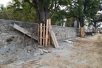 Oprava zdi na hřbitově ve Stříbře.