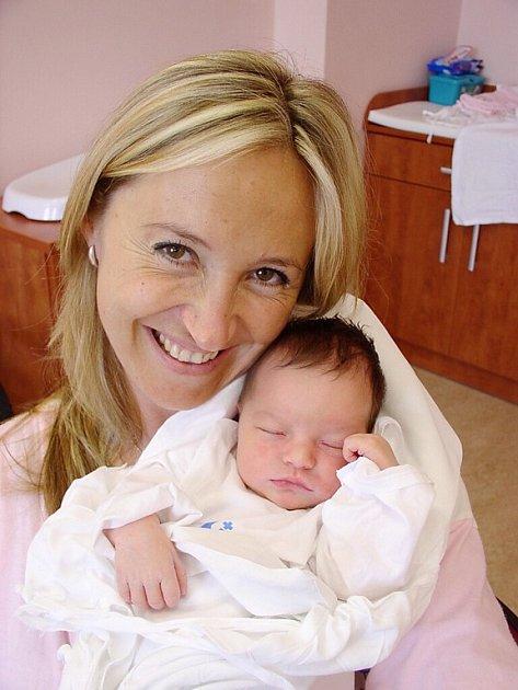 Tříletá Lucinka Smíšková z Tachova před porodem své sestřičky Kamilky jí hladila přes maminčino bříško a prosila, aby už vylezla ven. Kamilka (3,67 kg/50 cm) se narodila rodičům Kamile a Pavlovi 19. května v 1.34 hod. ve FN v Plzni.