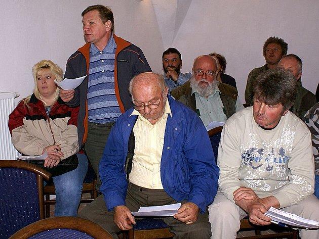Stojící muž je starosta Kočova Miroslav Pešek, který se osadníků zastává.