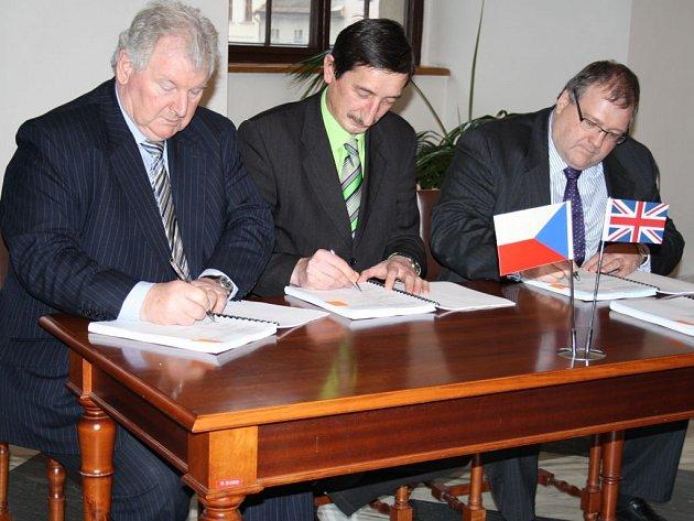 SMLOUVU o rozvoji území bývalých kasáren podepsali generální ředitel investorské firmy Stuart Mc Loughlin, starosta Stříbra Miroslav Nenutil a poradce firmy Adrian Cox (zleva).