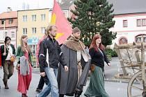 Tachovem v pátek prošel asi dvacetičlenný průvod, který kopíruje cestu mistra Jana Husa. Vyrazil 7. června z hradu Krakovec.
