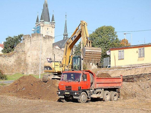 V Tachově u kulatého objezdu pod Panenskou započala stavební činnost na pozemcích, kde by měl stát nový dům služeb.