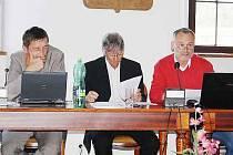 UŽ NENÍ MÍSTOSTAROSTOU. Dnes již bývalý místostarosta Pavel Plánka (vpravo) čte na pondělním zasedání stříbrského zastupitelstva rezignační dopis, který zaslal starostovi i zastupitelům.