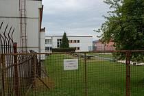 PROSTOR MEZI SOUČASNOU BUDOVOU gymnázia a hřištěm Základní škola Hornická připadne na výstavbu nové dvoupatrové  tělocvičny pro studenty gymnázia.