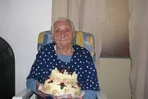 Oslavenkyně s dortem, na němž se skvěla číslice 100