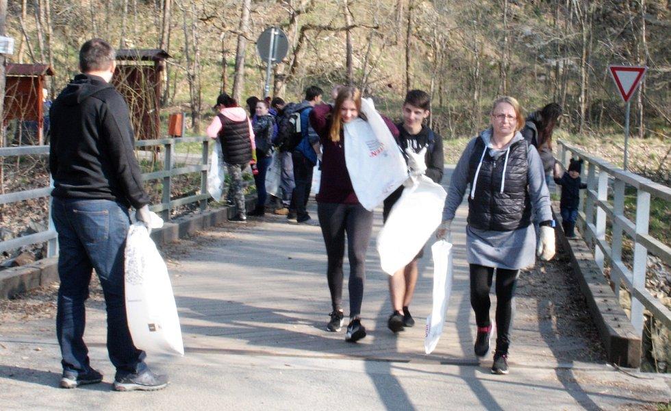 Vodáci a další dobrovolníci uklízeli okolí Mže.