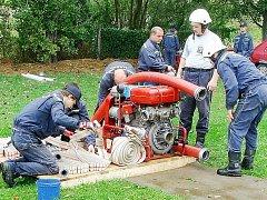 Členové zásahové jednotky Sboru dobrovolných hasičů v Třemešném se pravidelně účastní soutěží v požárním sportu. Na snímku jsou zachyceni při soutěži v požárním útoku.
