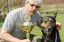 Policejní psovod Petr Zifčák a jeho osmiletá fenka Barica přivezli z mezinárodního mistrovství České republiky stříbrnou medaili.