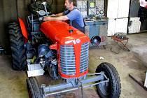SBĚRATEL, AUTOMECHANIK A MAJITEL VETERÁNŮ v jedné osobě Josef Bambas věří, že ještě letos zaklape motor Zetoru, kterého právě renovuje.